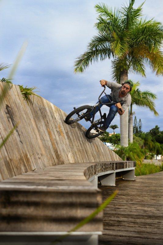 Beim Wallride in Neukaledonien gibt es Palmen gratis dazu